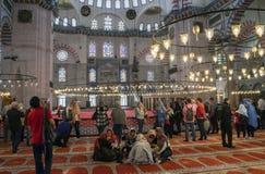 Προσκυνητές και τουρίστες στο μουσουλμανικό τέμενος Suleymaniye, το μεγαλύτερο μουσουλμανικό τέμενος στη Ιστανμπούλ στοκ φωτογραφίες με δικαίωμα ελεύθερης χρήσης