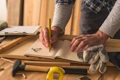 Πρόγραμμα γραψίματος ξυλουργών για να γίνει ο κατάλογος στοκ φωτογραφία