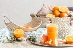 Πρόσφατα-αυξημένος οργανικός φρέσκος χυμός από πορτοκάλι στο εσωτερικό του σπιτιού, με ένα τυρκουάζ κάλυμμα και ένα καλάθι των φρ στοκ φωτογραφία με δικαίωμα ελεύθερης χρήσης