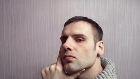 Πρόσωπο ενός έξυπνου ατόμου Πορτρέτο μιας ενήλικης σκέψης ατόμων απόθεμα βίντεο