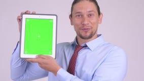 Πρόσωπο του ευτυχούς όμορφου επιχειρηματία που παρουσιάζει ψηφιακή ταμπλέτα απόθεμα βίντεο