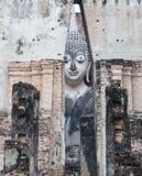 Πρόσωπο χαμόγελου του μεγάλου αρχαίου αγάλματος του Βούδα στοκ εικόνα