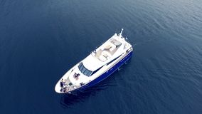 Πρότυπη σύνοδος φωτογραφιών πολυτέλειας στη βάρκα μηχανών Πυροβολισμός μόδας στο γιοτ πολυτέλειας απόθεμα βίντεο