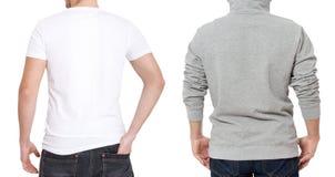 Πρότυπο μπλουζών και μπλουζών Άτομα στην άσπρη μπλούζα και γκρίζο σε hoody Πίσω οπισθοσκόπος Χλεύη που απομονώνεται επάνω στο άσπ στοκ φωτογραφία