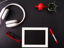 Πρότυπο, πλαίσιο φωτογραφιών, ακουστικά, γυαλιά, μάνδρα, και κάκτος Το κόκκινο και γράφει το αντικείμενο στο μαύρο υπόβαθρο στοκ εικόνα