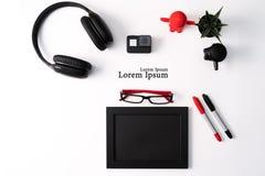 Πρότυπο, πλαίσιο φωτογραφιών, κάμερα δράσης, ακουστικά, γυαλιά, μάνδρα, και κόκκινου και μαύρου αντικείμενο κάκτων, στο άσπρο υπό στοκ εικόνες
