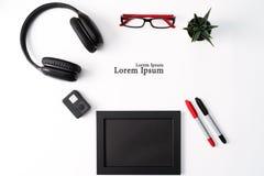 Πρότυπο, πλαίσιο φωτογραφιών, κάμερα δράσης, ακουστικά, γυαλιά, μάνδρα, και κόκκινου και μαύρου αντικείμενο κάκτων, στο άσπρο υπό στοκ φωτογραφίες με δικαίωμα ελεύθερης χρήσης