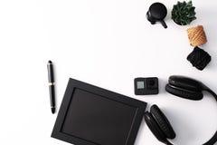Πρότυπο, πλαίσιο φωτογραφιών, κάμερα δράσης, ακουστικά, μάνδρα, και κάκτος, μαύρο αντικείμενο στο άσπρο υπόβαθρο στοκ φωτογραφία με δικαίωμα ελεύθερης χρήσης