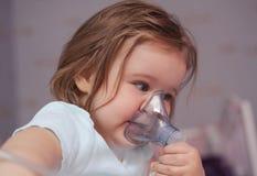 Πρώτος χρόνος που χρησιμοποιεί inhaler στοκ εικόνα με δικαίωμα ελεύθερης χρήσης