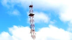 Πύργος κεραιών μεταξύ των σύννεφων στοκ εικόνες
