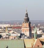 Πύργος της εκκλησίας του ST Mary στην Κρακοβία που βλέπει από το παράθυρο του κουδουνιού zygmunt στοκ εικόνες με δικαίωμα ελεύθερης χρήσης