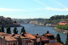 Πόλη του Πόρτο κατά μήκος του ποταμού Douro και των DOM Luis γεφυρών από τη Gaia Πόρτο, Πορτογαλία στοκ φωτογραφία με δικαίωμα ελεύθερης χρήσης