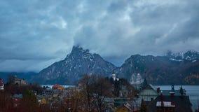 Πόλη Traunkirchen στα σκοτεινά σύννεφα, Salzkammergut, Αυστρία φιλμ μικρού μήκους