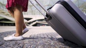 Πόδια γυναικών συγκομιδών και κυλώντας βαλίτσα απόθεμα βίντεο
