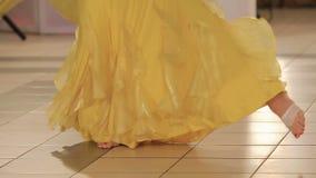 Πόδια μιας χορεύοντας γυναίκας σε ένα άσπρο φόρεμα απόθεμα βίντεο