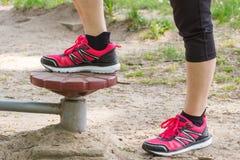 Πόδια της ηλικιωμένης ανώτερης γυναίκας στην υπαίθρια γυμναστική, υγιής έννοια τρόπου ζωής στοκ εικόνα με δικαίωμα ελεύθερης χρήσης