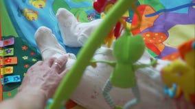 Πόδι κτυπήματος πατέρων λίγου μωρού που βρίσκεται στην κουβέρτα απόθεμα βίντεο