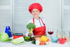 Πώς να μαγειρεψει το μπρόκολο ακατέργαστη διατροφή τροφίμων Αξία διατροφής μπρόκολου Γυναικών επαγγελματικό αρχιμαγείρων λαχανικό στοκ εικόνες