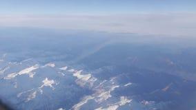 Πτήση με το αεροπλάνο πέρα από τα βουνά απόθεμα βίντεο