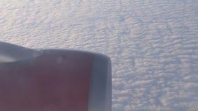 Πτήση με το αεροπλάνο πέρα από τα σύννεφα απόθεμα βίντεο