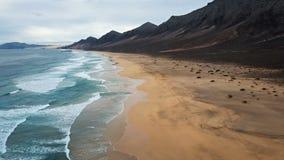 Πτήση πέρα από την παραλία ερήμων σε Fuerteventura, Ισπανία απόθεμα βίντεο
