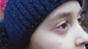 Πτώσεις από τη βροχή στα eyelashes και τα φρύδια ενός μικρού κοριτσιού απόθεμα βίντεο