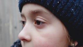Πτώσεις από το χιονόνερο στα eyelashes και τα φρύδια του μικρού κοριτσιού απόθεμα βίντεο