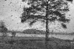 Πτώσεις νερού σε ένα πλακάκι γυαλιού στοκ εικόνες