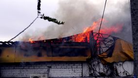 Πυρκαγιά στο κτήριο Η στέγη του κτηρίου στην πυρκαγιά απόθεμα βίντεο