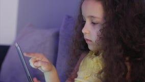 Πυροβοληθε'ν νύχτα πορτρέτο ενός καυκάσιου χαριτωμένου παιδιού, λίγος στενός επάνω κοριτσάκι του προσώπου ενός παιδιού που βλέπει απόθεμα βίντεο