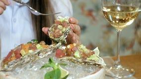 Πυροβολισμός κινηματογραφήσεων σε πρώτο πλάνο: ένα εύγευστο πιάτο ακατέργαστων ψαριών, πίσσα πίσσας σολομών με το αβοκάντο σε ένα απόθεμα βίντεο
