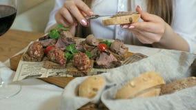 Πυροβολισμός κινηματογραφήσεων σε πρώτο πλάνο: ένα νόστιμο πιάτο κρέατος, croutons ψωμιού σίκαλης με το πατέ και την πίσσα πίσσας φιλμ μικρού μήκους