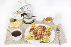 ï ¿ ½ urd Pfannkuchen zum Tee mit Honig und Sauerrahm Dieses ist eine gute Festlichkeit für Tee mit Zitronen Lizenzfreies Stockfoto