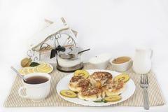 ï ¿ ½ urd Pfannkuchen zum Tee mit Honig und Sauerrahm Dieses ist eine gute Festlichkeit für Tee mit Zitronen Stockbild