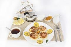 ï ¿ ½ urd Pfannkuchen zum Tee mit Honig und Sauerrahm Dieses ist eine gute Festlichkeit für Tee mit Zitronen Lizenzfreie Stockfotos