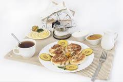 ï ¿ ½ urd Pfannkuchen zum Tee mit Honig und Sauerrahm Dieses ist eine gute Festlichkeit für Tee mit Zitronen Stockfoto