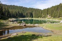 ï αντανακλάσεις» ¿ ï» ¿ στο karersee Carezza λιμνών, Nova Levante, νότιο Τύρολο στοκ φωτογραφία