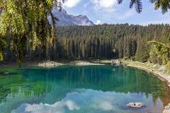 """ï de bezinningen van"""" ¿ ï"""" ¿ over karersee van Meercarezza, Nova Levante, Zuid-Tirol royalty-vrije stock afbeeldingen"""