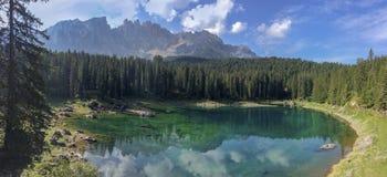 """ï de bezinningen van"""" ¿ ï"""" ¿ over karersee van Meercarezza, Nova Levante, Zuid-Tirol royalty-vrije stock foto's"""