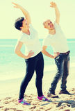 """ï"""" ¿ par som tillsammans utbildar vid havet Arkivfoton"""