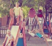 """ï"""" ¿ ungar som spelar på lekplats Royaltyfri Fotografi"""
