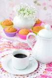 Сup of coffee with cupcakes at a background Royalty Free Stock Photography
