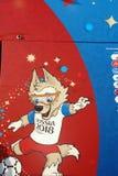 Тhesymbool van de wereldbeker in Rusland 2018 - een banner op de muur in fanzone op de Musheuvels in Moskou Stock Foto