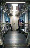 Тo gaat door ondergronds In een bus van de metro gaan de mensen perspectief Verticale foto royalty-vrije stock foto
