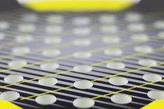 Абстрактная предпосылка с селективным фокусом Ракетки отверстий для игры тенниса пляжа стоковая фотография