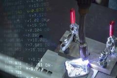 Абстрактная сцена сваривать робототехнический материал добавлению на частях работы стоковые изображения rf