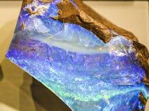 Абстрактные предпосылка или текстура от камня в разделе с голубым и зеленым, nacreous кристаллом минералы стоковое изображение