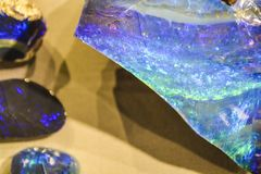 Абстрактные предпосылка или текстура от камня в разделе с голубым и зеленым, nacreous кристаллом Естественный и твердый материал стоковая фотография rf