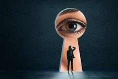 Абстрактный keyhole с глазом коммерсантки стоковые фото