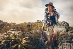 Авантюрная старшая женщина на пешем отключении стоковое изображение rf